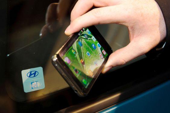 Åpne bildøren til en Hyundai med en NFC-telefon