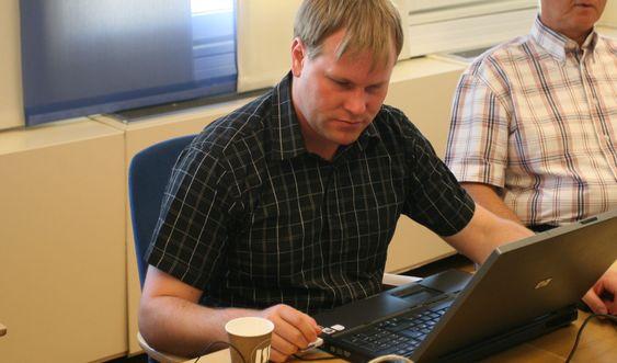Bjørn Roger Johansen demonstrerte løsningen. I likhet med 90 prosent av Blindeforbundets medlemmer er han svaksynt.