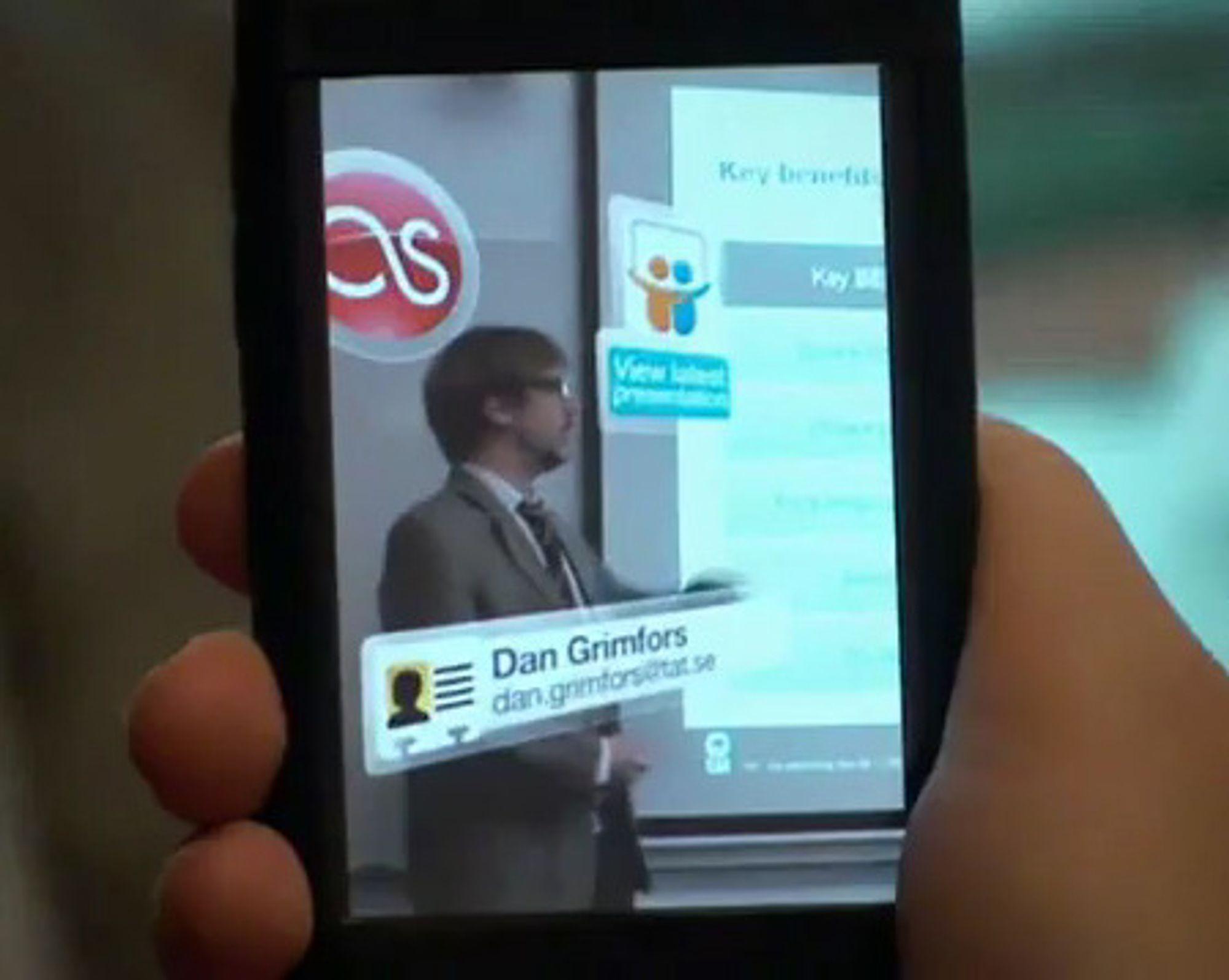Recognizr fra Polar Rose bruker mobiltelefonens kamera til straks å gjenkjenne foredragsholderen på ansiktet, og legger opp lenker til hans ulike profiler. (Fra demovideoen på Youtube.)