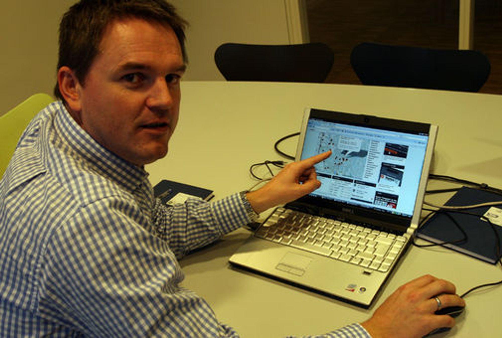 Nett- og utviklingsredaktør Rune Hafskjær peker på hendelser som er plassert i kart levert fra Google.