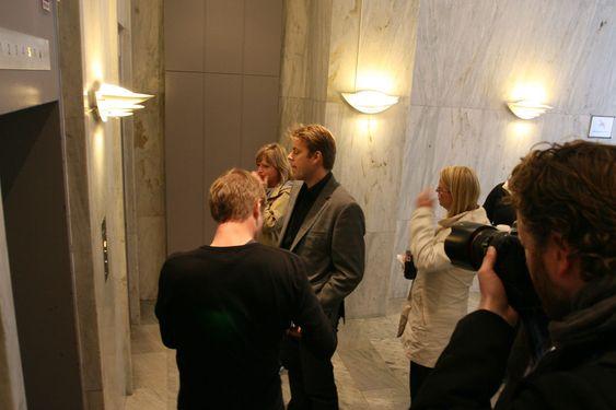 Munnkurv: Fast-ansatte på vei inn i heisen var svært lite interessert i å prate med alle mediefolkene som hadde møtt opp.
