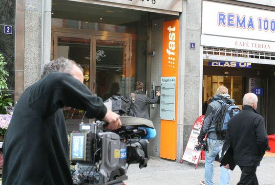 Det var et massivt oppmøte av mediefolk utenfor Fasts lokaler. Her rigger et av NRKs tv-team seg til.