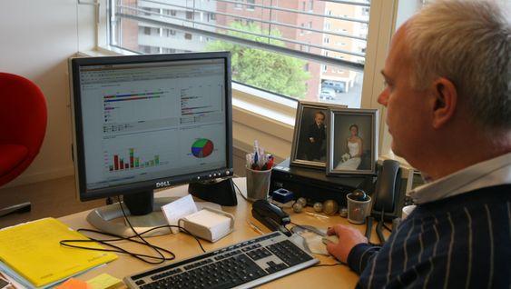 Linpro-sjefen viser frem SugarCRM. Operativsystemet han bruker er Ubuntu. Begge deler fri programvare, selvfølgelig.