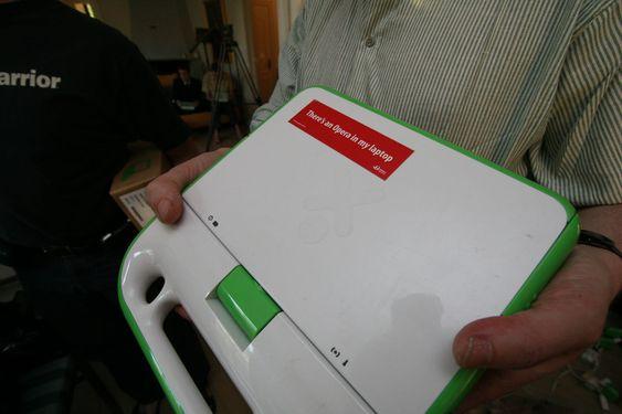 Håkon Wium Lies prototype ser nesten lik ut. Plasten er glattere, og den har litt mindre minne.