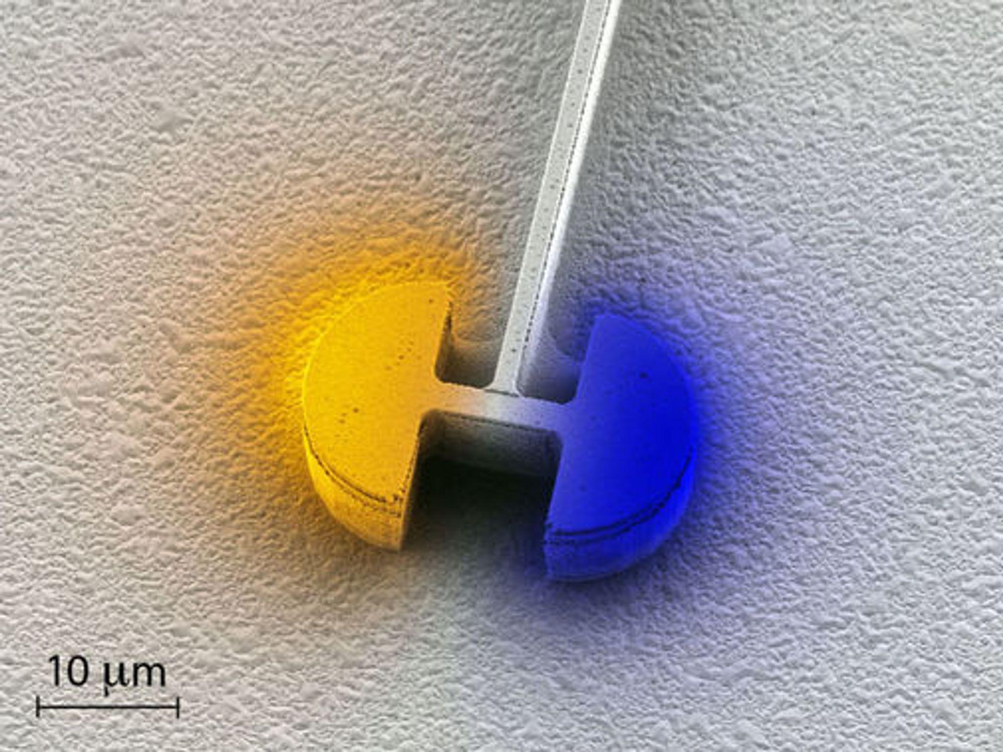 Den sentrale delen av den nye mikrolaseren er den elektriske resonatoren. Den består av to halvsirkelformede kondensatorer som er forbundet via en induktor. Fargeintensiteten representerer styrken på det elektriske feltet, mens selve fargen representerer polariteten.