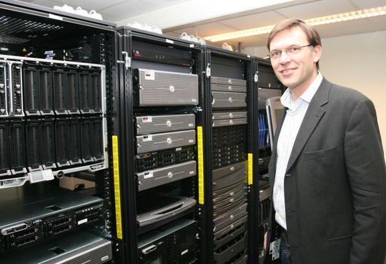 Produktsjef Inge Hjelmfoss i Dell Norge viser stolt frem selskapets «lekerom». Serverrommet benyttes blant annet i forbindelse med seminarer og kurs.