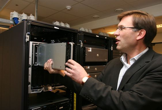 Hjelmfoss demonstrerer hvordan bladserverne kan tas ut og settes inn mens løsningen er i drift (hotswap).