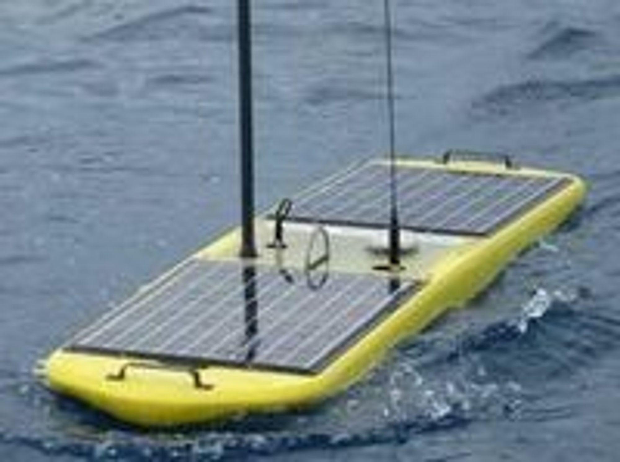 Wave Glider fra Liquid Robotics er små saktegående fartøyer som samler inn sensordata. Enheten er om lag to meter lang og drives av både solenergi og bølgekraft.