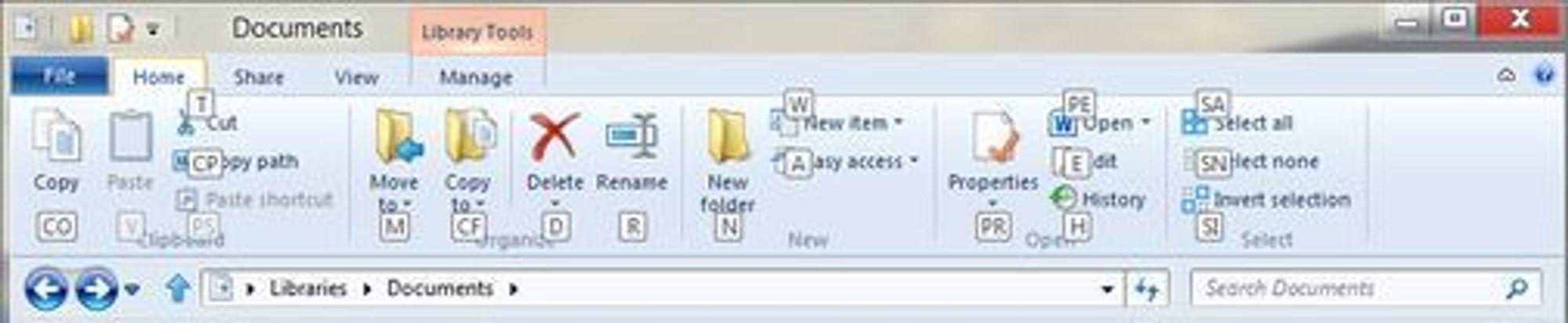 Home-fanen i Windows 8-utgaven av Explorer. Her vises også de tilknyttede tastatursnarveiene.