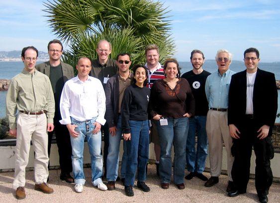 Gruppebilde fra et møte i W3Cs CSS Workgroup i 2006. Ian Hickson står som nummer tre fra høyre. På bildet er også, fra venstre, David Baron, Håkon Wium Lie, Cesar F. Acebal, Bert Bos, Daniel Glazman, Elika Etemad, Kevin Lawver, Molly E. Holzschlag, Steve Zilles og Tantek Çelik.