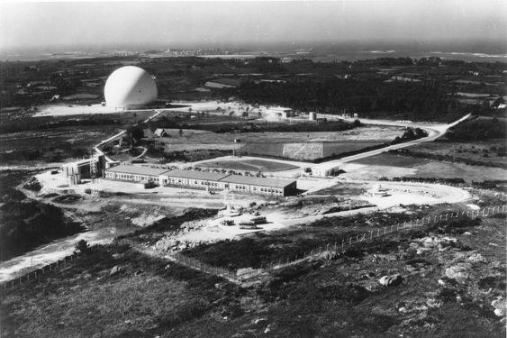 Telstar-bakkestasjonen i Pleumeur Bodou, Bretagne, Frankrike. Denne ble blant annet brukt i forbindelse med den aller første testsendingen via Telstar 1.