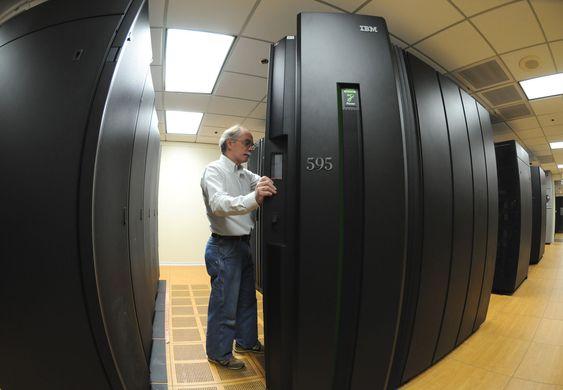 IBM Innovation Systems Engineer James Thoensen ved selskapets Cloud Computing Center i Southbury i delstaten Connecticut. Senteret er et av flere som skal støtte opp om IBMs ulike nettskytjenester.