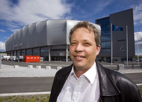 Stig Hogalmen, sjef for Alcatel-Lucent i Norge, foran Telenor Arena. Foto: Per Ervland.