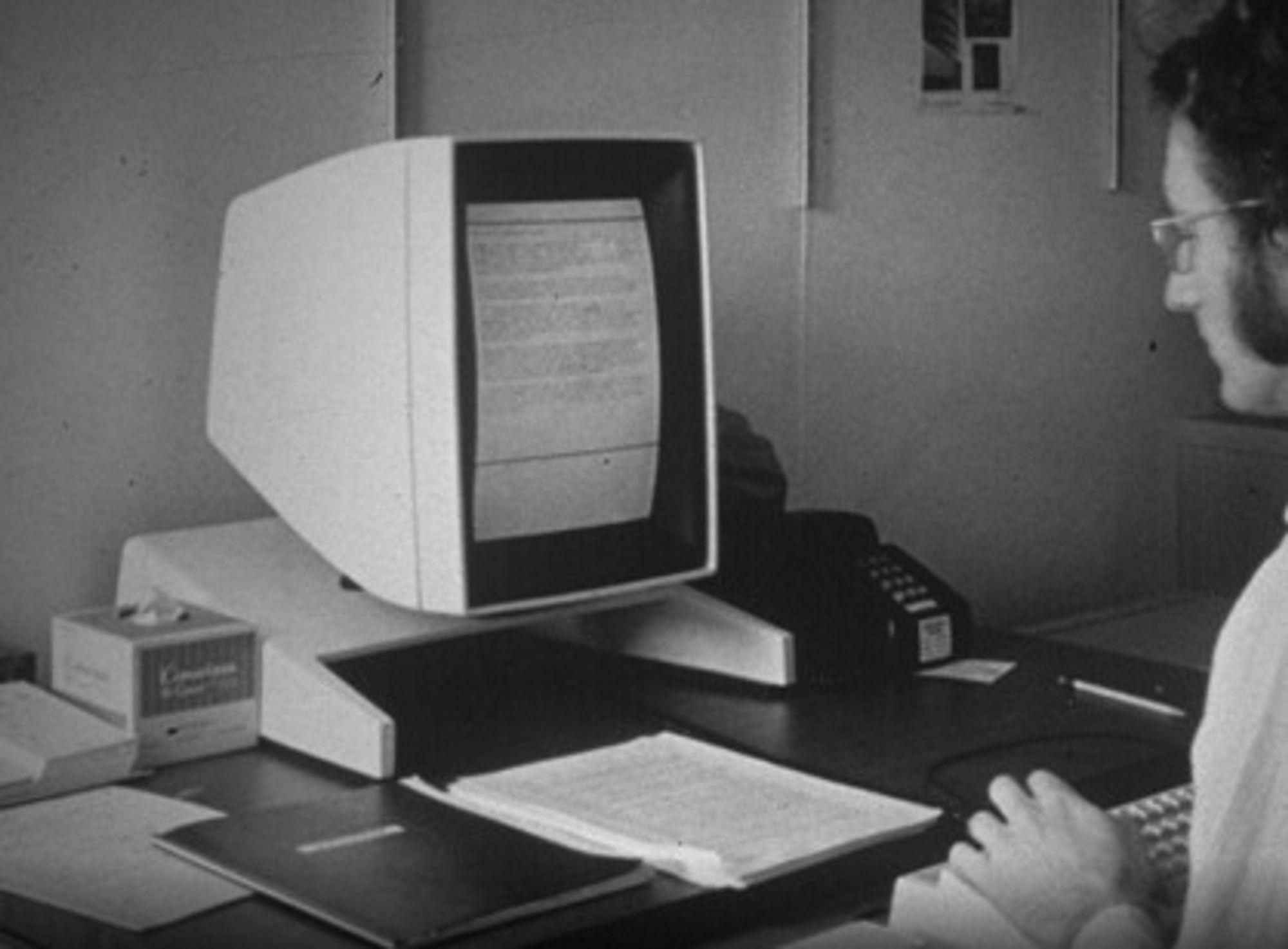 Xerox Alto regnes som den første personerlige arbeidsstasjonen. Den hadde grafisk brukergrensesnittm mus og nettverksstøtte i 1973.