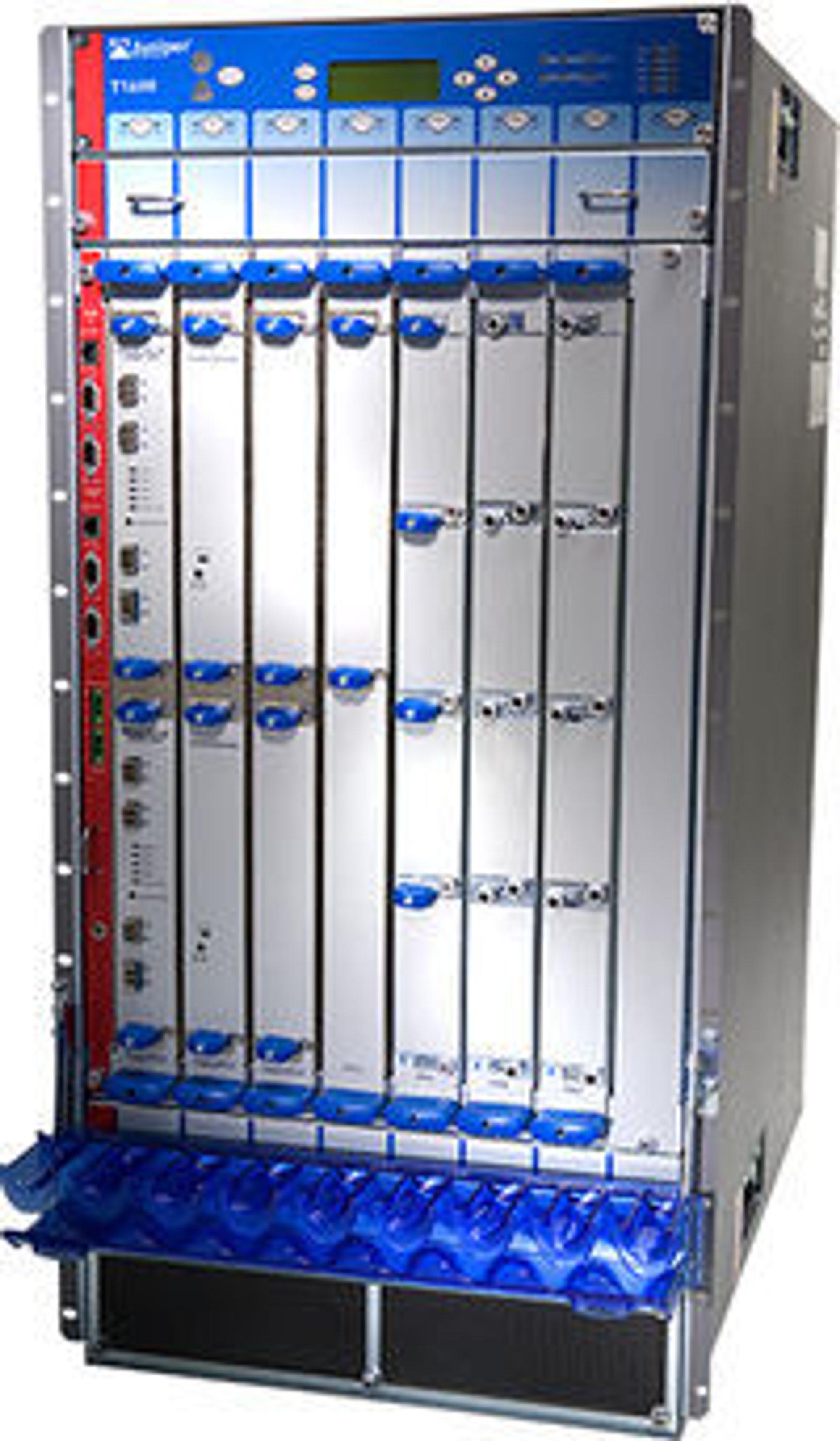 T1600-ruteren fra Juniper kan nok levere superbredbånd til The Gathering også i fremtiden. Boksen yter totalt 800 Gbits/s hver vei, langt mer enn de 30 Gbit som årets datatreff får. Boksen veier rundt 300 kilo og måler 44.27 x 95.12 x 78.74 cm.