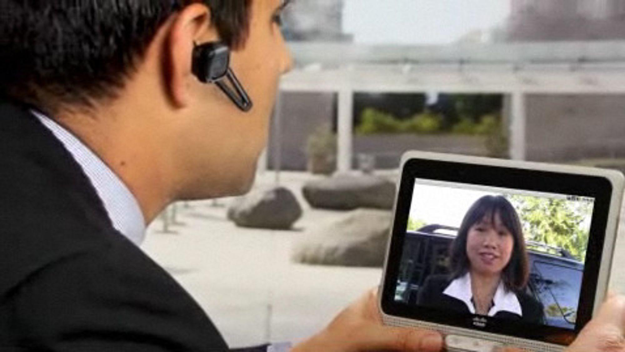 Cius som mobil videotelefon, er med tale over Bluetooth øretelefon.