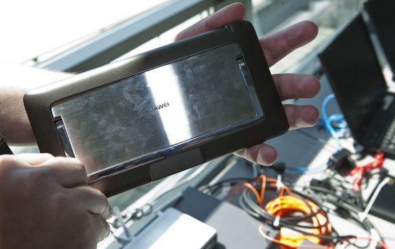 Baksiden av Huawei S7 avslører at produktet har en utfellbar støttearm. Brettet lå for øvrig godt i hendene våre og fremstod med god byggekvalitet.