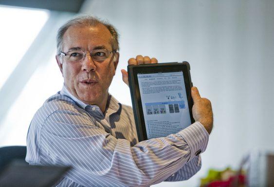 Mark Templeton er betatt av evnen iPad gir ham til alltid å hente fram informasjon, her via det trådløse lokalnettet på Grand Hotel i Oslo.