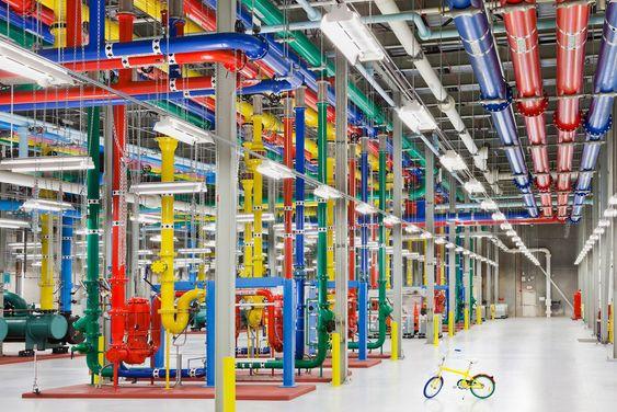 Kjøleanlegg ved Googles datasenter i Douglas County, Georgia. Rørene er malt i ulike farger for å gjøre det enklereå skille mellom hvilke rør som brukes til hva.