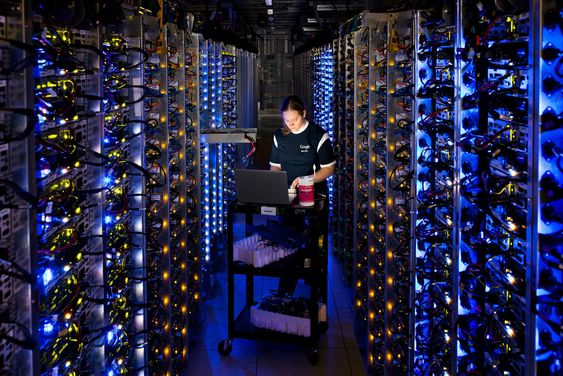 Denise Harwood ved Googles datasenter i The Dalles, Oregon, diagnosiserer en overopphetet CPU.