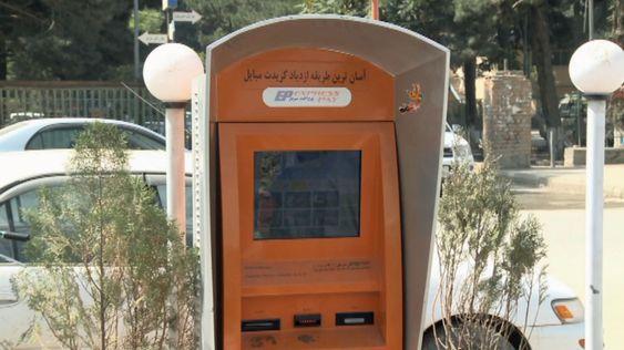 Framfor minibanker, preges Kabul av automater der mobiltelefonbrukere kan fylle opp sine kontantkort.