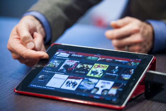 Netflixs algoritmer foreslår filmer og TV-serier basert på analyser av brukernes preferanser. Her demonstrerer selskapet sine tjenester på en iPad.