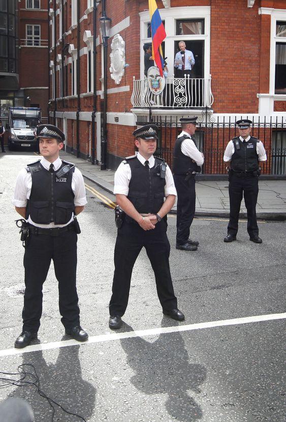 Julian Assange holder her en appell fra balkongen i Ecuadors ambassade i London, der Wikileaks-gründeren har søkt tilflukt.