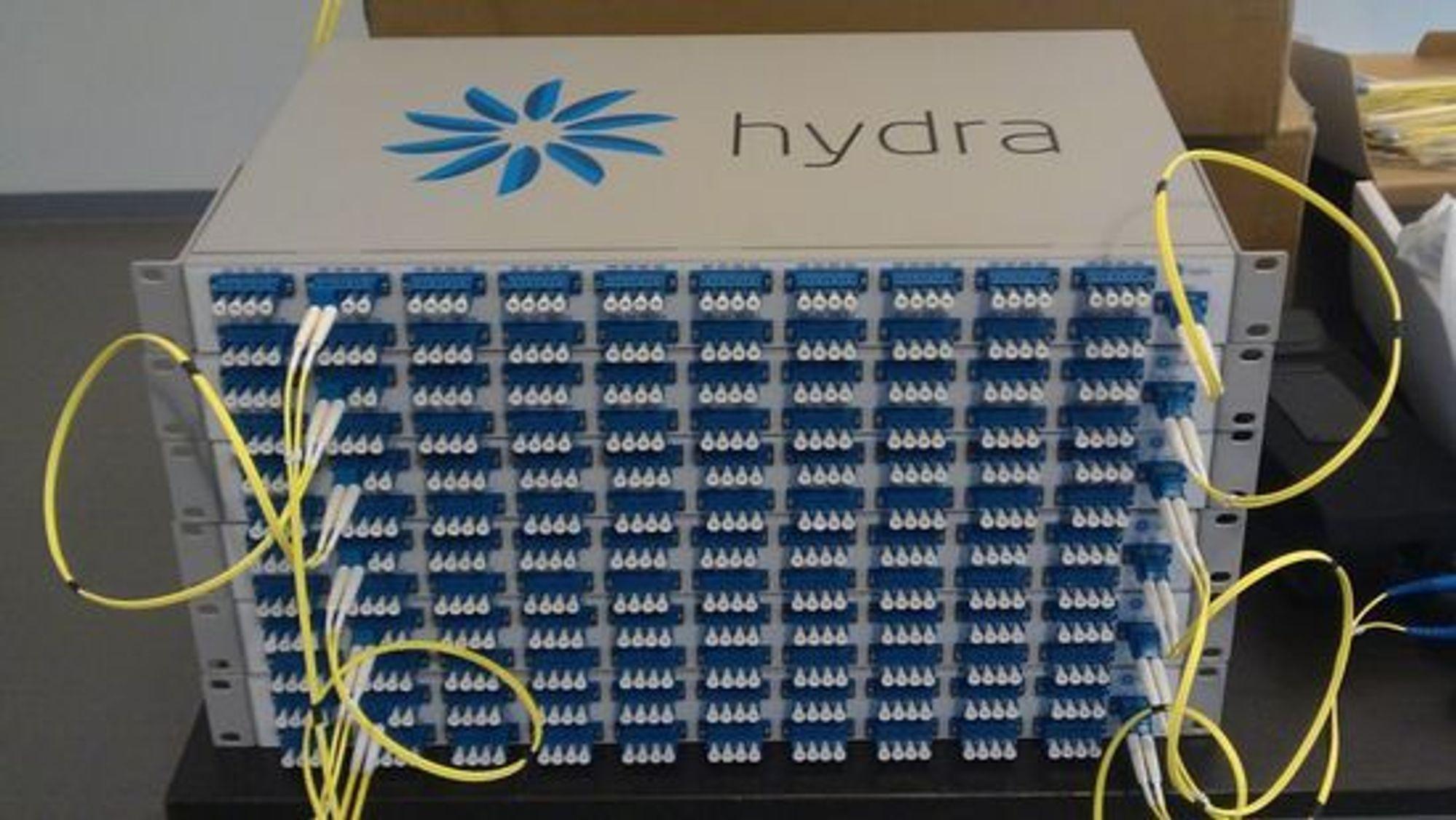 Bayonettes egenkonstruerte DWDM splitter lys i opptil 160 kanaler over samme fibertråd. Kapasiteten per linje er 1,6 terabit per sekund.