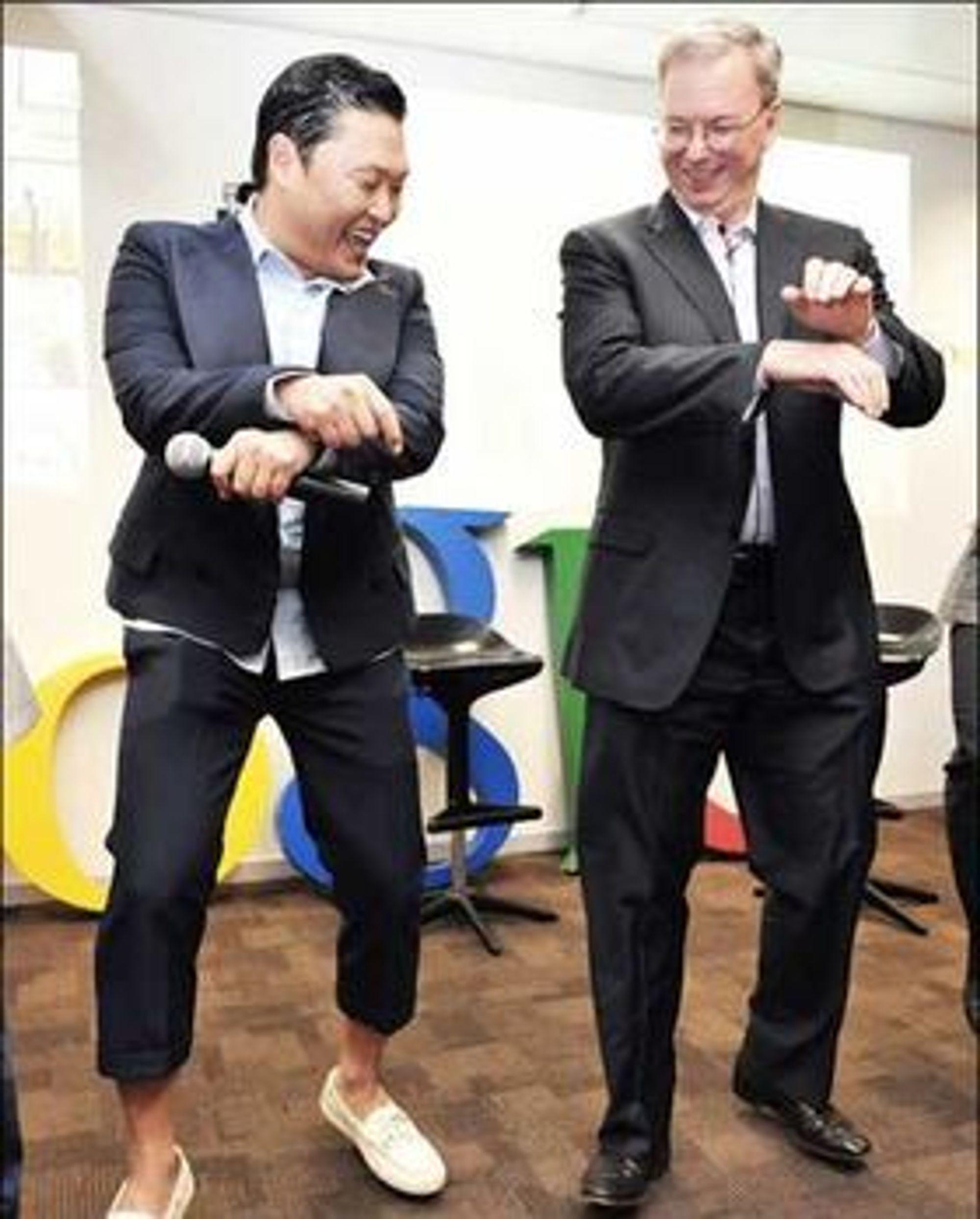 Eric Schmidt (t.h.) og artisten PSY danser Gangnam Style hos Google i Sør-Korea