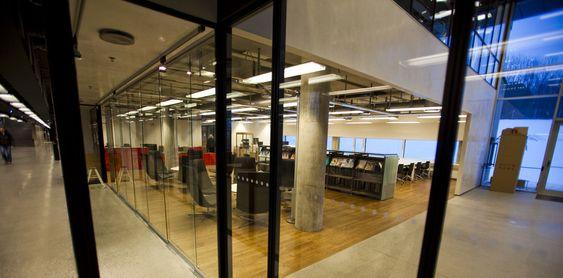 Det lukter umiskjennelig nytt overalt. Utformingen er svært moderne med en blanding av glass, betong og elegant treverk.