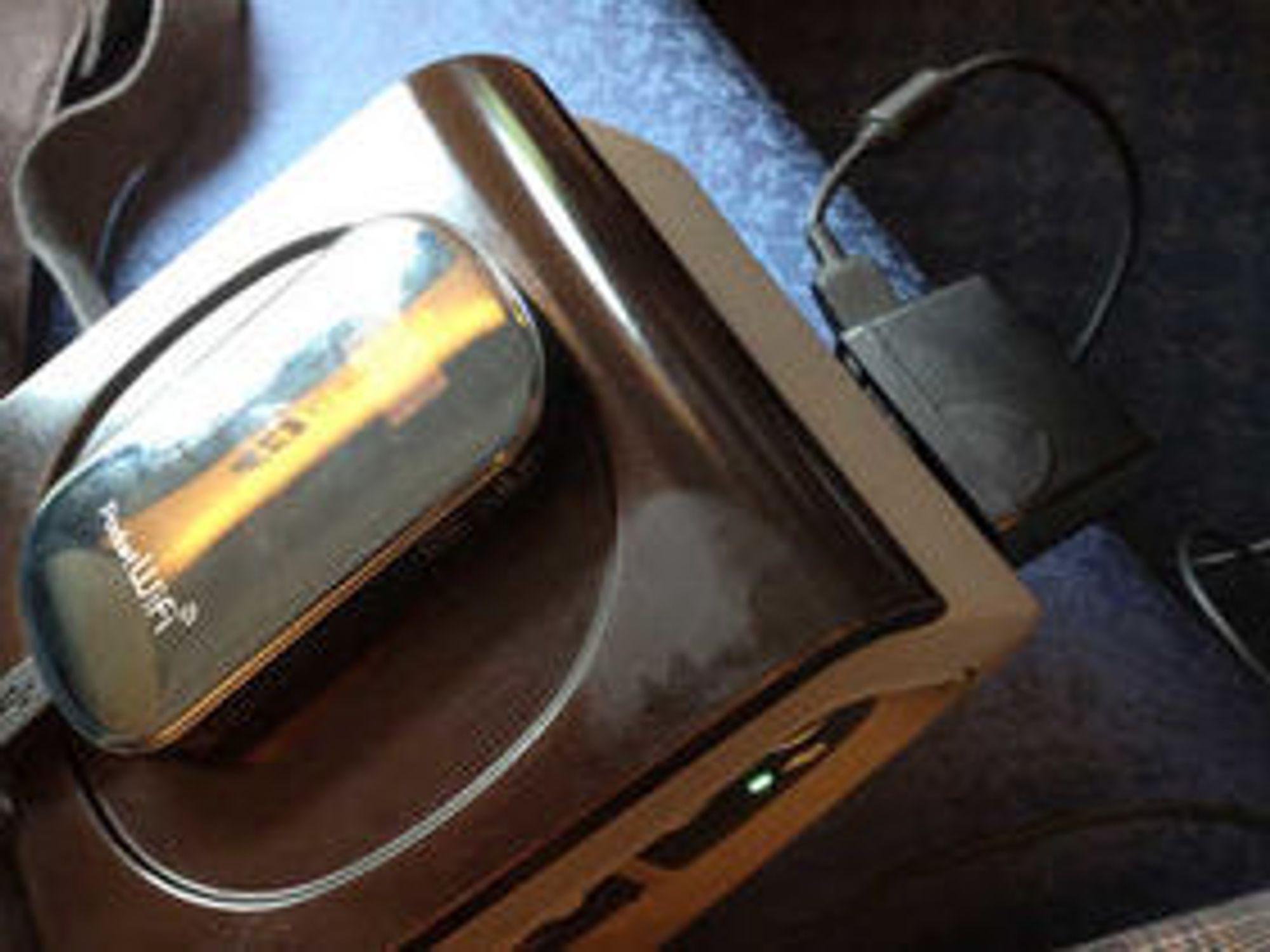 «Pocket WiFi» holdt ut i rundt 4-5 timer med relativt høy belastning før den måtte lades opp, som her fra strømuttaket ved armlenet på lyntoget.