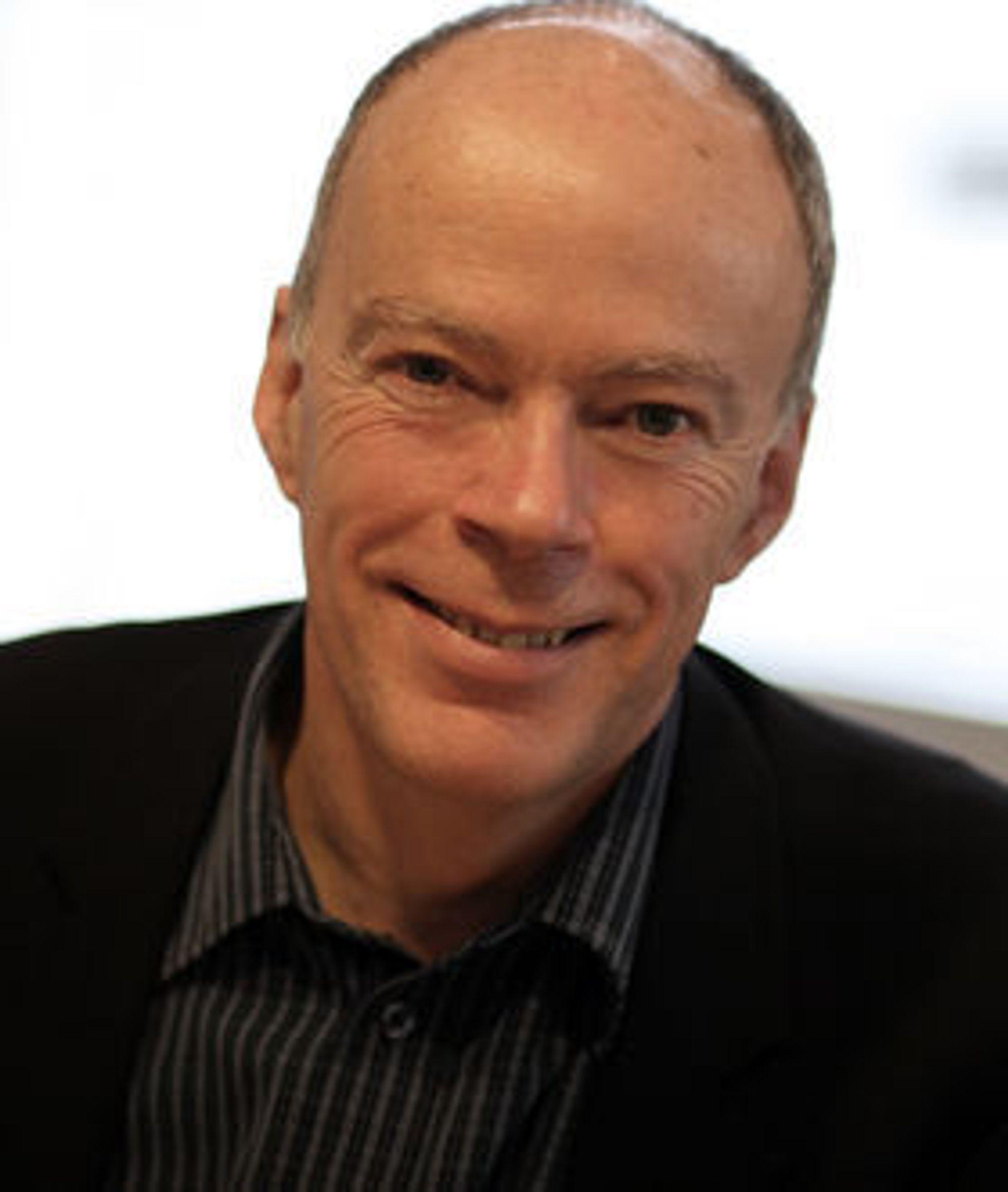 NETTSKYEN kan låse fast kundene i større grad enn proprietær programvare, advarer Alfresco-sjef John Powell.
