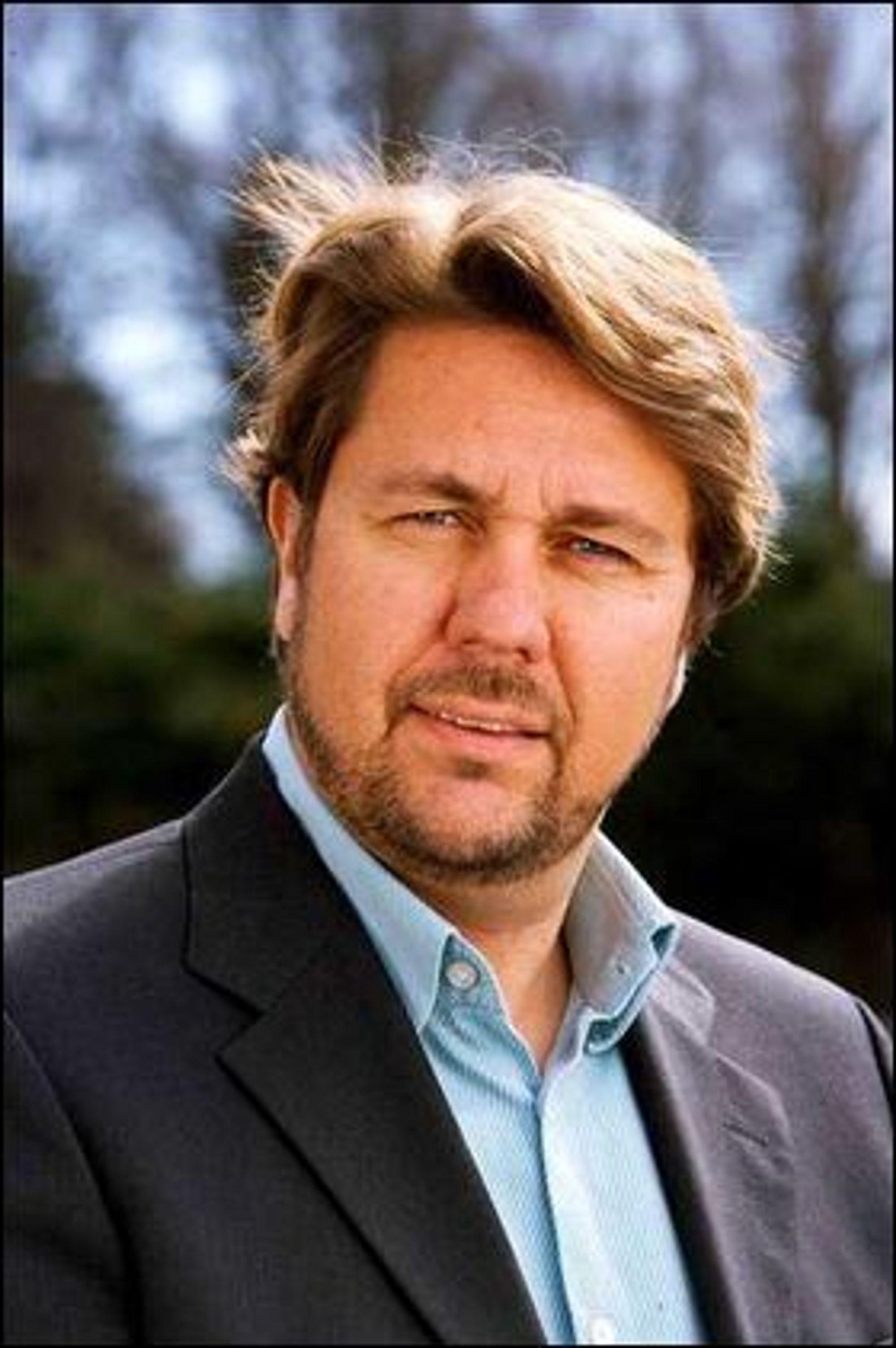 Tele2-sjef Arild Hustad mener Telenor misbruker sin dominerende markedsposisjon.