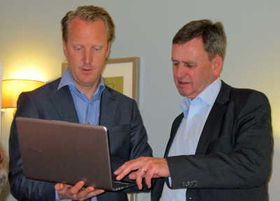 Anders Huge (tv) og Jan Ö–stling i Intel Sweden mens de demonstrerer en UltraBook.