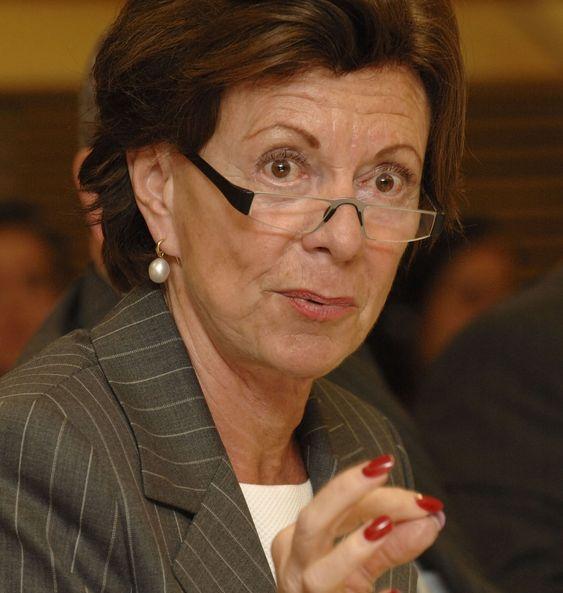 EU-kommissær Neelie Kroes tvinger fram lavere priser på mobilbruk i Europa.