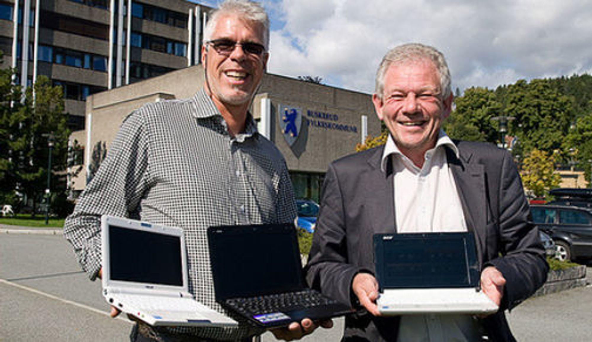Prosjektleder Bjørn Venn (til v.) fra Buskerud fylkeskommune og fylkesutdanningssjef Jan-Helge Atterås har stor tro på mini-PC-ene. (Foto: CC, Martin Bekkelund, Friprogsenteret)