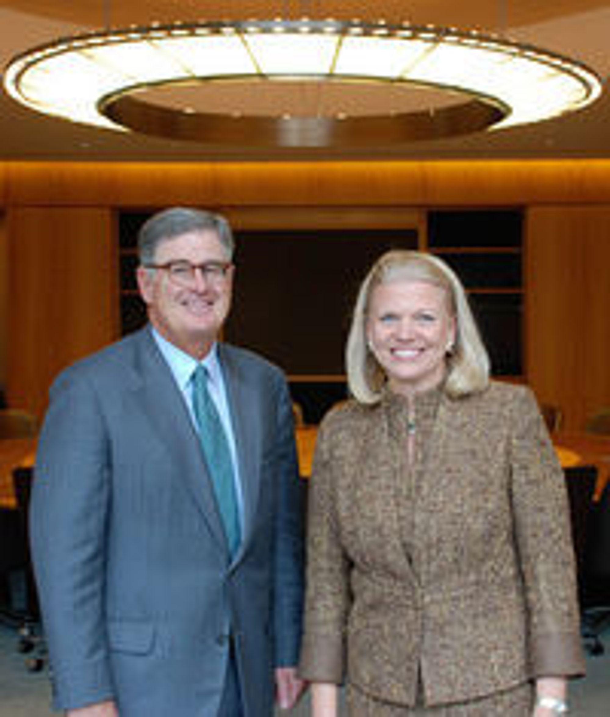 Sam Palmisano overlater sjefstolen i IBM til Ginni Rometty. Her poserer de to i forbindelse med kunngjøringen ved IBMs hovedkvarter i delstaten New York.