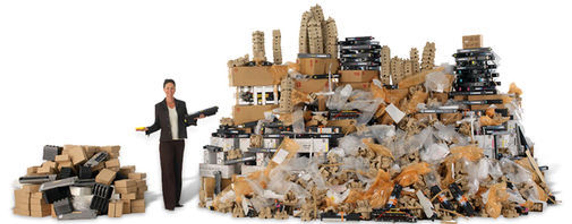Over fire år med gjennomsnittlig 22 000 utskrifter per måned, blir det mye avfall etter rekvisita og utskiftbare deler. Søppelhaugen etter DocuQube til venstre, etter en tilsvarende lasermaskin til høyre.