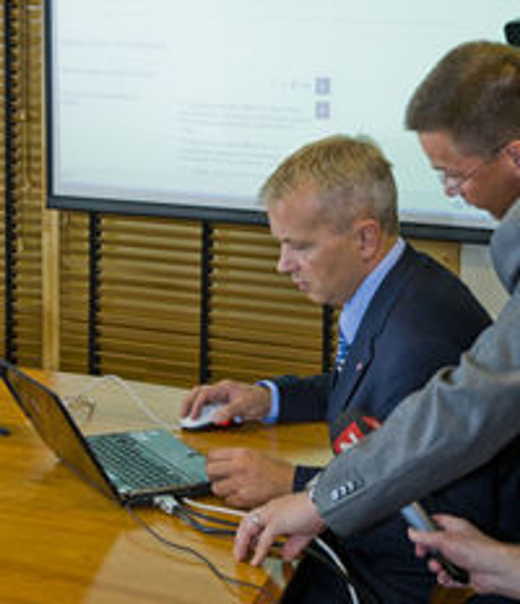 Justisminister Knut Storberget (Ap) demonstrerer løsningen for elektronisk anmeldelse. Våre naboland har hatt denne muligheten i mange år allerede. (Foto: Per Ervland)