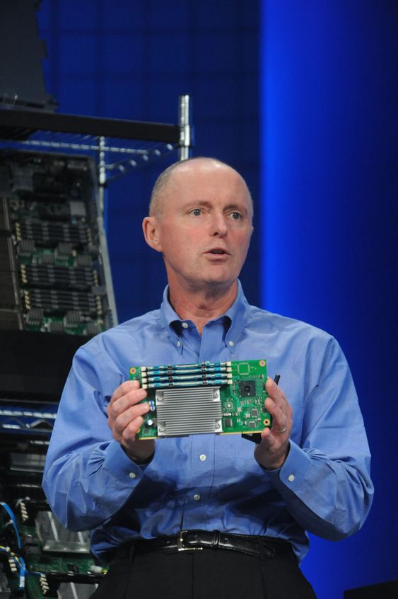 Sean Maloney i Intel viser fram en  mikroserver-prototyp under IDF i september.