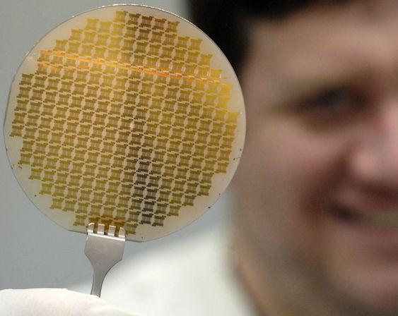10 cm grafen-wafer laget ved Penn State. Den inneholder mer enn 22 tusen enheter og teststrukturer.