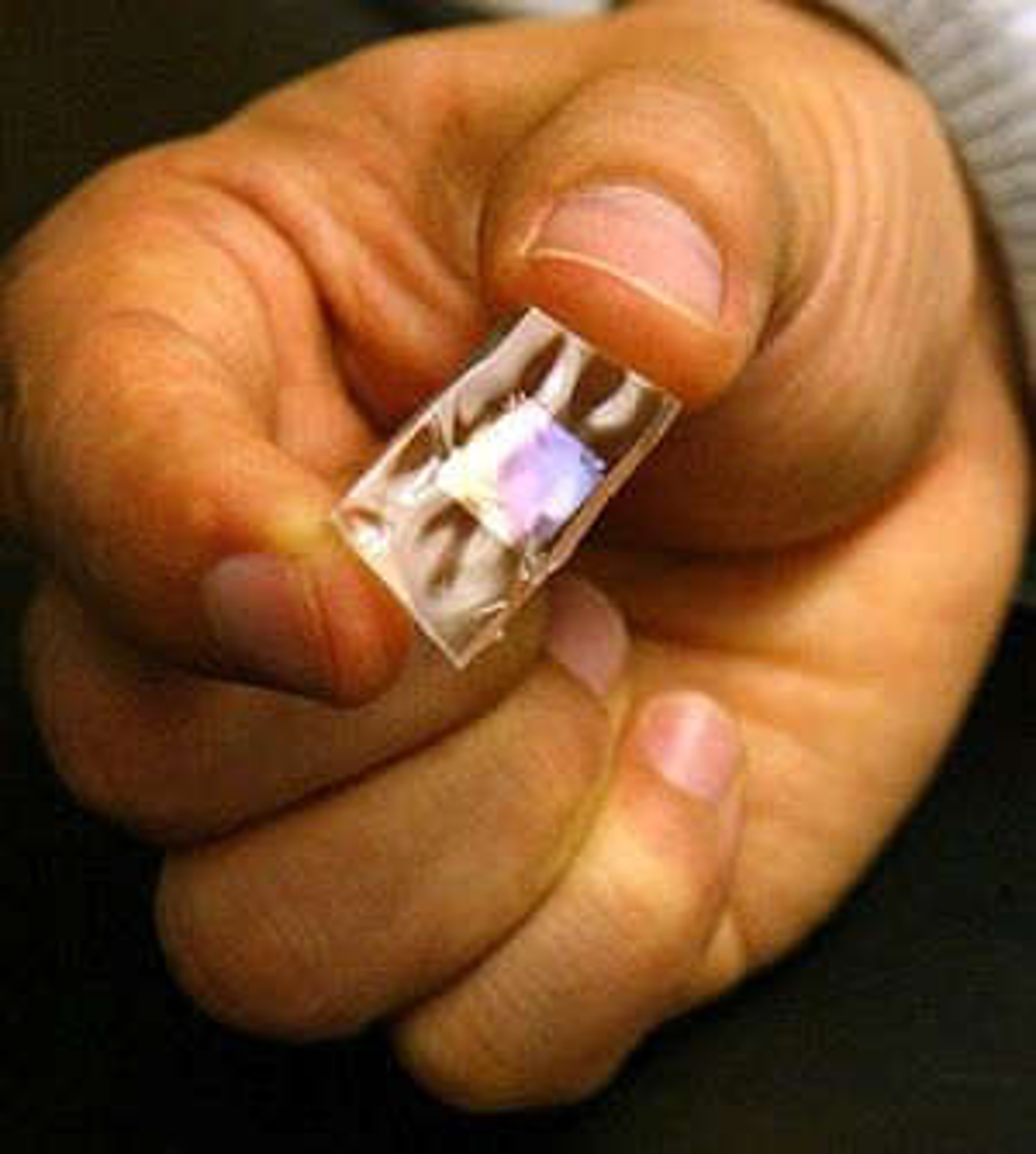 En bit med silikongummi som er utstyrt med et svært tynt materiale som genererer elektrisk strøm når den bøyes.