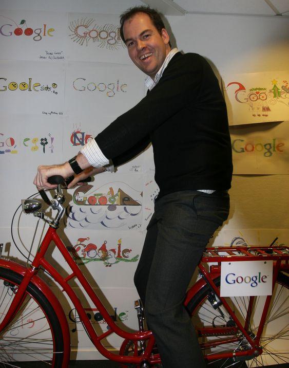 Googles lokaler har mengder av håndtegnede logoer hengende på veggene i selskapets lokaler, mange av dem tegnet av barn. Her demonstrerer Knut Magne Risvik Googles interne sykkel.