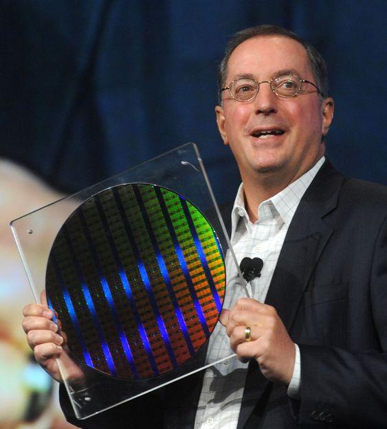 Intel-sjef Paul Otellini ser lysere på framtiden, men advarer at det vil ta tid før bedriftsmarkedet virkelig tar seg opp.
