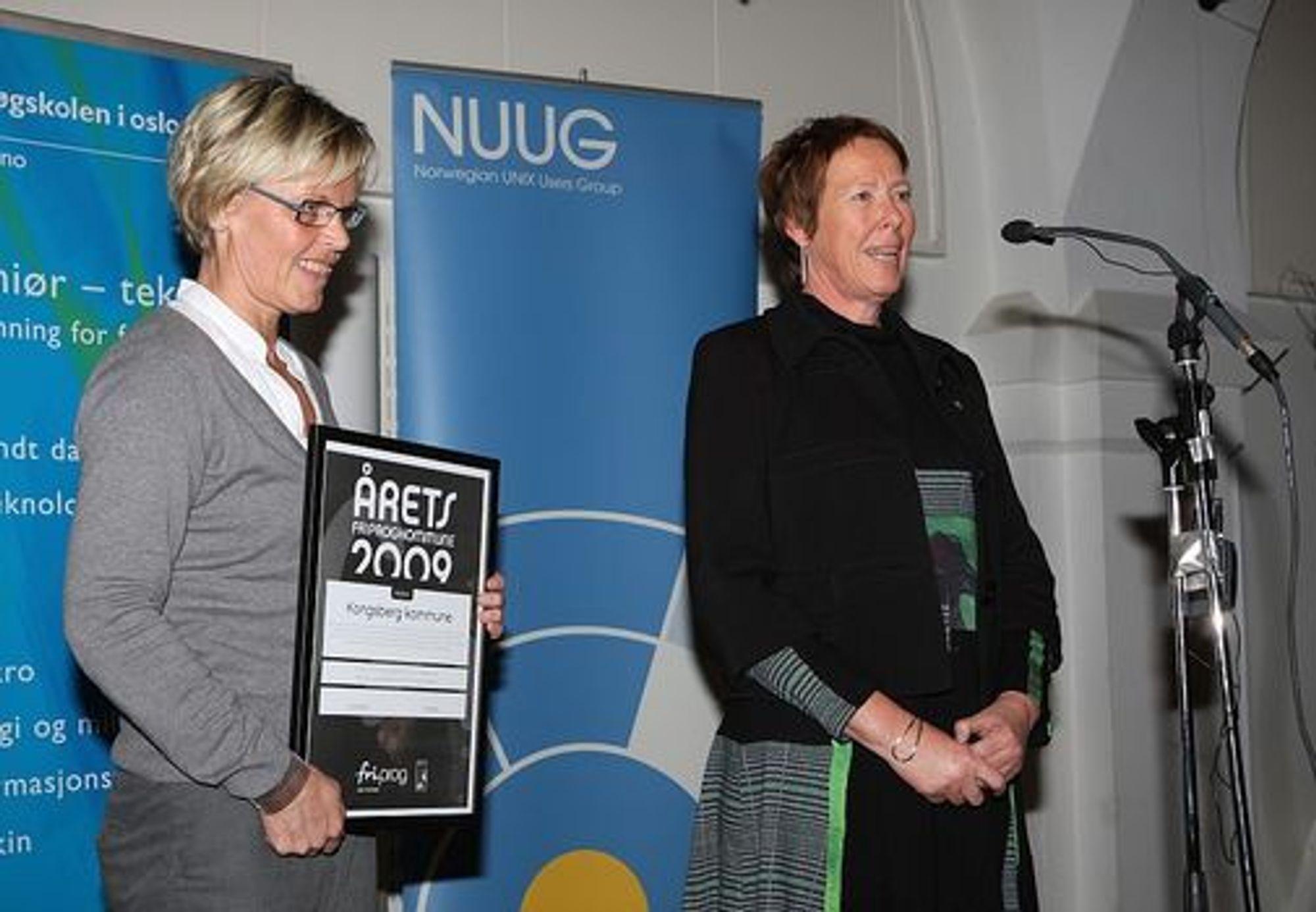 IKT-rådgiver Britt Inger Kolset (t.v.) og rådmann Astrid Sommerstad tok i mot Friprogramvarekommune-prisen på vegne av Kongsberg kommune.