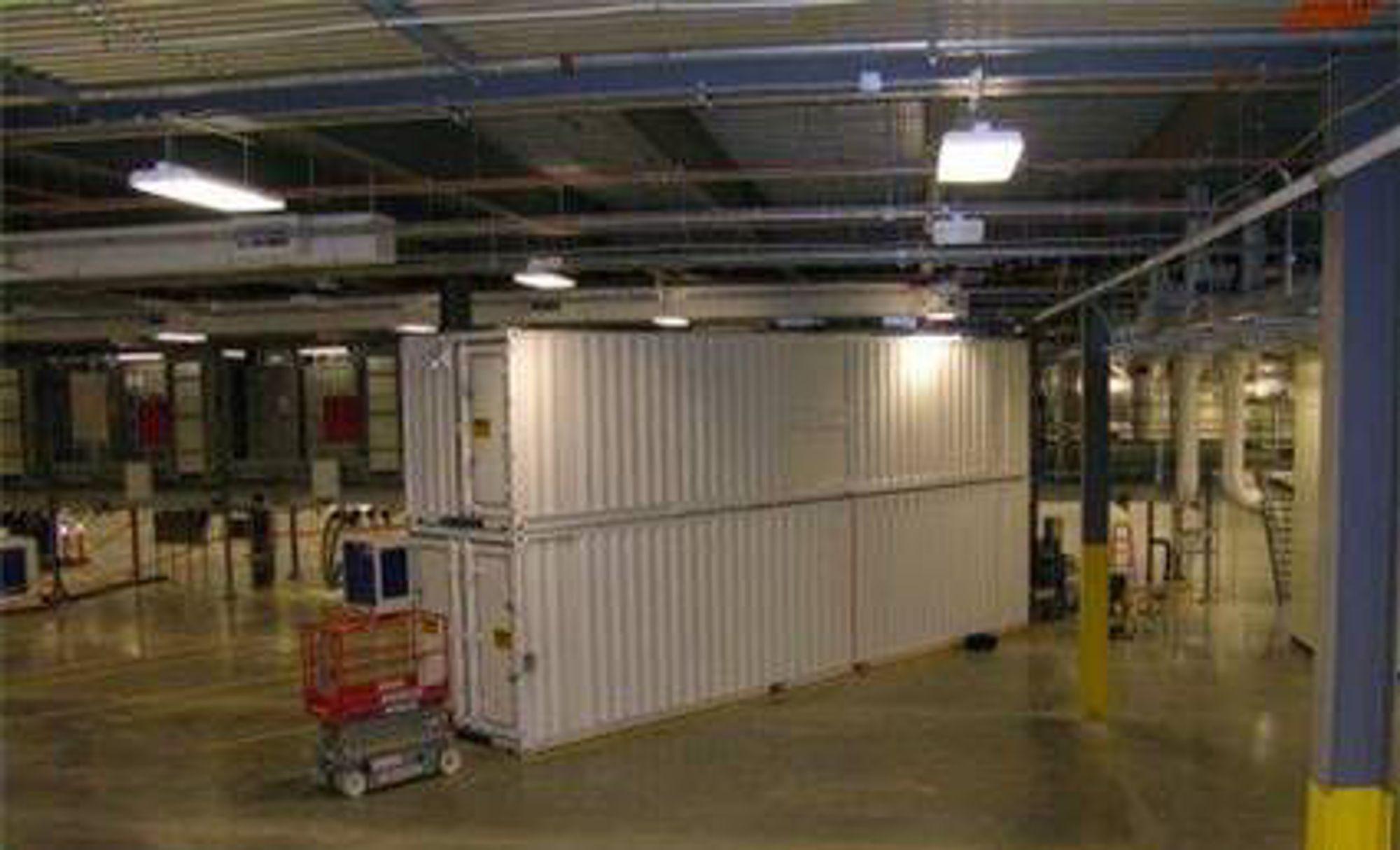 En toetasjes konteiner med 2000 servere skyves på plass i Microsofts nye datasentral i Chicago.