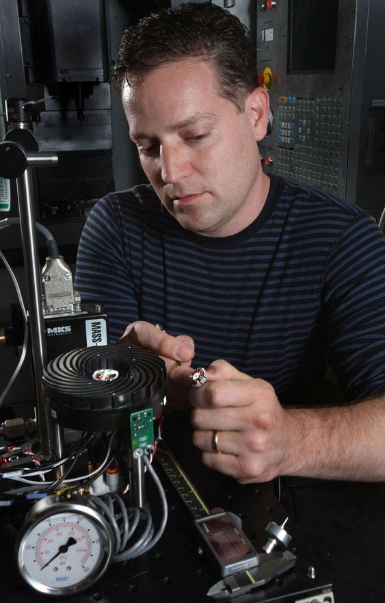 Jeff Koplow utfører justeringer på en tidligere prototyp av Sandia Cooler.