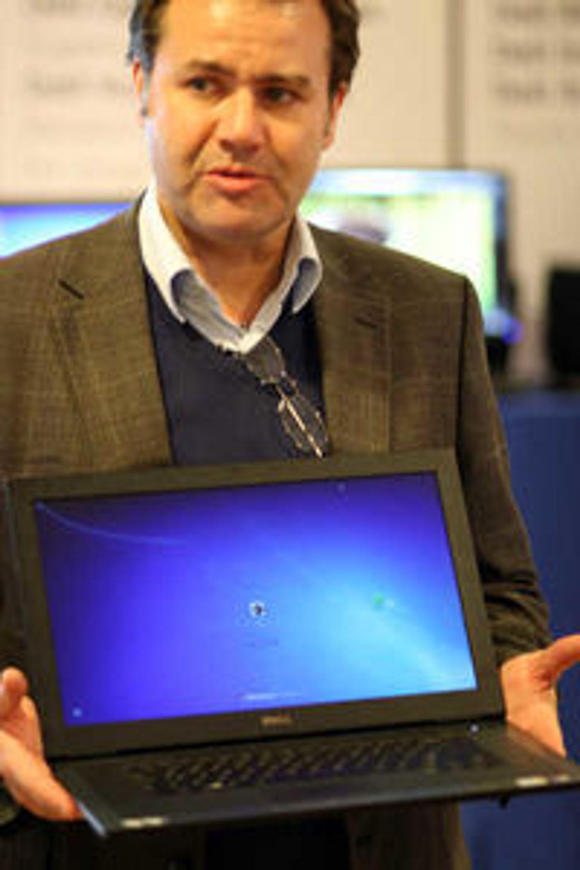 Produktsjef David Hall i Dell Norge viser frem en av de mange modellene de tilbyr med Windows. Han har merket seg økt interesse for Linux, men har foreløpig få modeller å tilby.