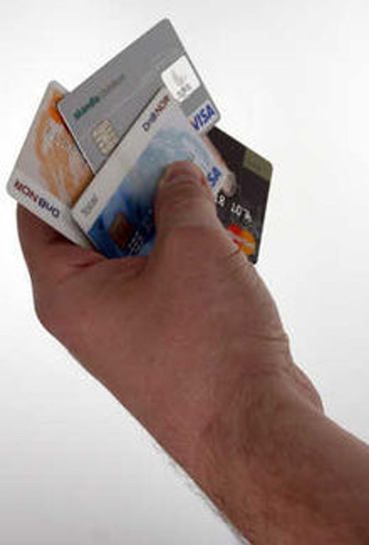 Lett å kopiere: Alle bankkort i Norge leveres nå med chip. Samtidig leveres de med magnetstripe, og dermed er kortet like lett å kopiere som tidligere, ifølge Forbrukerrådet.