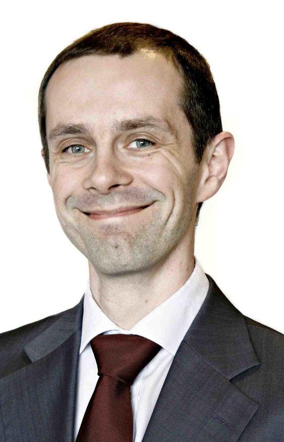 Høyre og Arbeiderpartiet har ikke avklart hvem som skal betale for verken lagringen eller sikkerhetstiltakene, påpeker Hallstein Bjercke i IKT-Norge.
